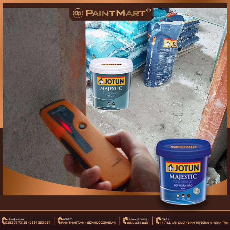 Sử dụng máy đo độ ẩm để kiểm tra độ ẩm tường